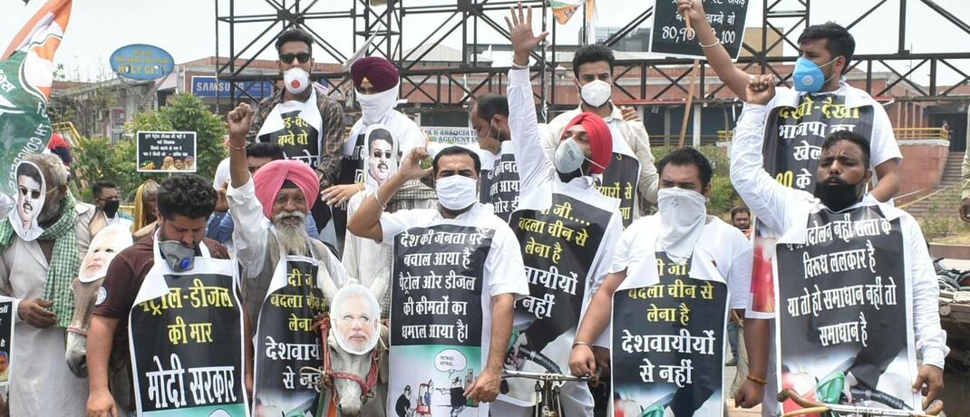 Mitglieder der Nachwuchsorganisation der indischen Nationalkongresspartei demonstrieren gegen hohe Ölpreise: Schwellenländer verzeichnen nach dem Corona-Kurstief eine langsamere Erholung, sagt Leo Willert von Arts AM.|© imago images / Hindustan Times