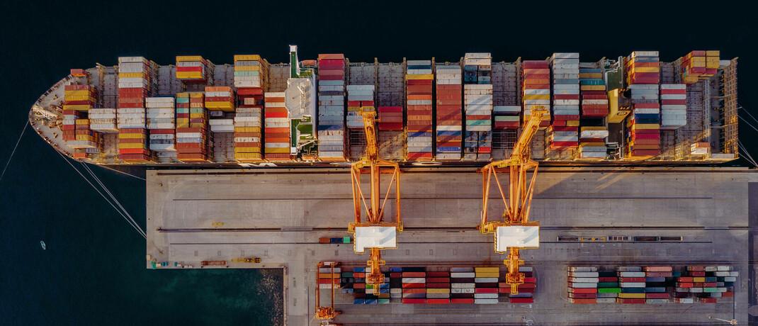 Frachtschiff mit Containern: P & R hatte Schiffscontainer als Investment angeboten. Viele der vermittelten Container existierten allerdings gar nicht, stellte sich später heraus.
