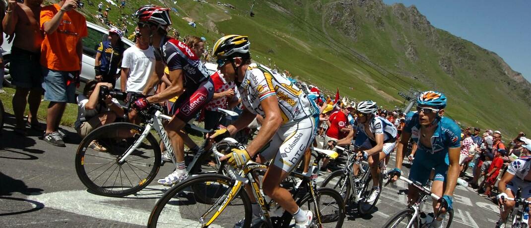 Radprofis im Anstieg zum Tourmalet bei einer Bergetappe der Tour de France: Ob es auch an den Finanzmärkten weiter steil bergauf geht, ist laut Edmond de Rothschild Asset Management unklar.