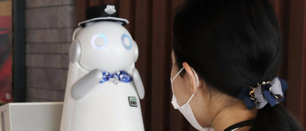 Roboter-Zugschaffner in Japan: Technologietitel gehören zu den Lieblingen von Aktienanlegern © imago images / Kyodo News