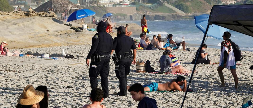 Corona-Polizeipatrouille am Strand von San Diego: Weltweit stecken 147 Länder in einer Rezession, während der Finanzkrise 2009 waren es 88. |© imago images / ZUMA Wire