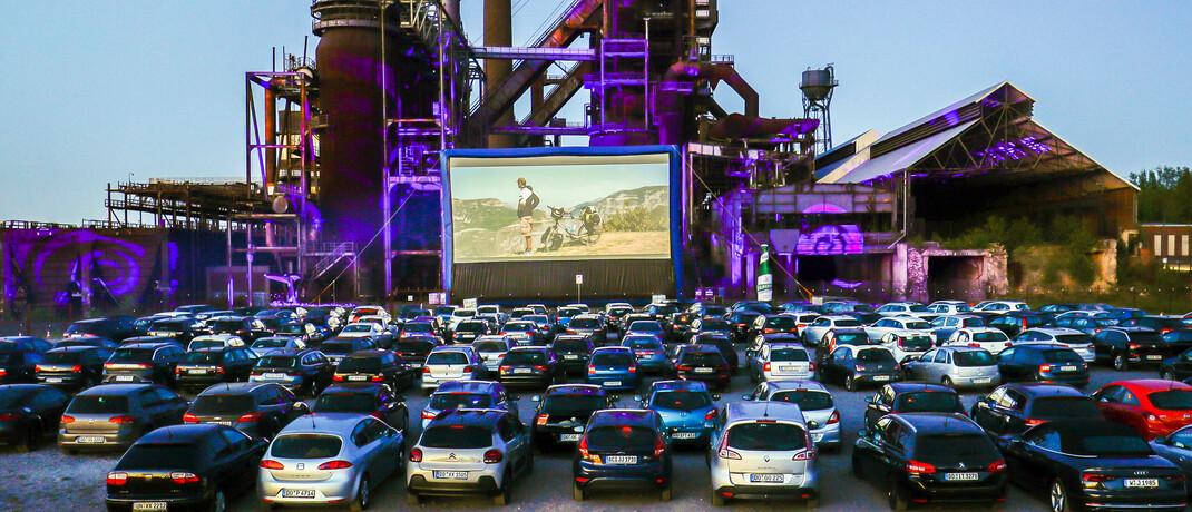 Autokino in Dortmund vor dem stillgelegten Hochofenwerk Phoenix-West: Die Corona-Kontaktverbote führen auch zu neuen Geschäftsideen |© imago images / Rupert Oberhäuser