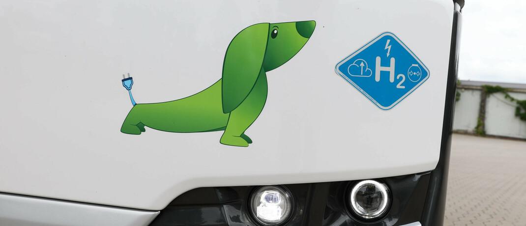 Logo auf einem von Wasserstoff angetriebenen Bus: Noch wird der Energieträger wenig genutzt