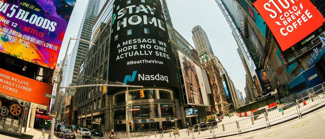 Riesige Werbung am Times Square vom Nasdaq-Screen: Der Nasdaq-Index liegt derzeit 17 Prozent höher liegt als zu Jahresbeginn, was Experten beunruhigt. |© imago images / Levine-Roberts