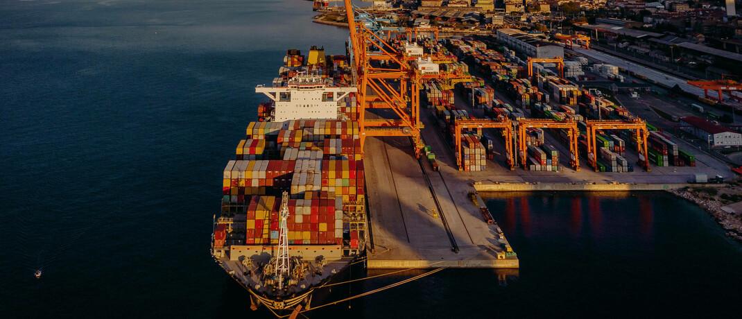 Containerschiff im kroatischen Rijeka: Im Fall um den insolventen Schiffscontainer-Anbieter P&R hat das LG Karlsruhe jetzt ein Urteil zugunsten von Anlegern gesprochen.  © imago images / Eibner Europa