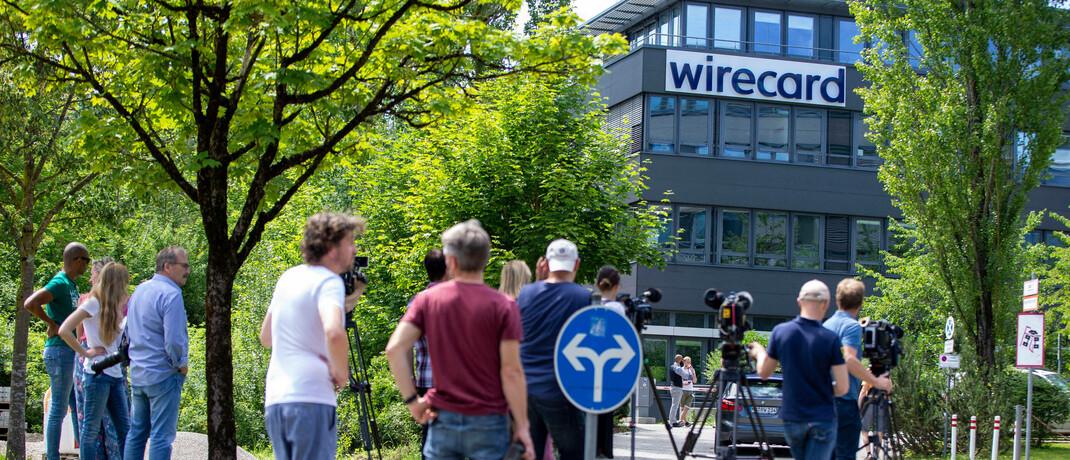 Staatsanwaltschaft bei Wirecard: Journalisten stehen vor dem insolventen Konzern in Aschheim bei München. © imago images / Overstreet