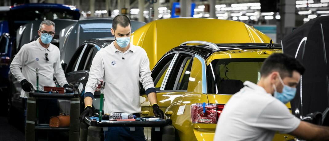 Volkswagen-Mitarbeiter: In der aktuellen Wirtschaftskrise setzte Deutschlands größter Autobauer die Produktion vorübergehend aus.|© imago images / ZUMA Wire