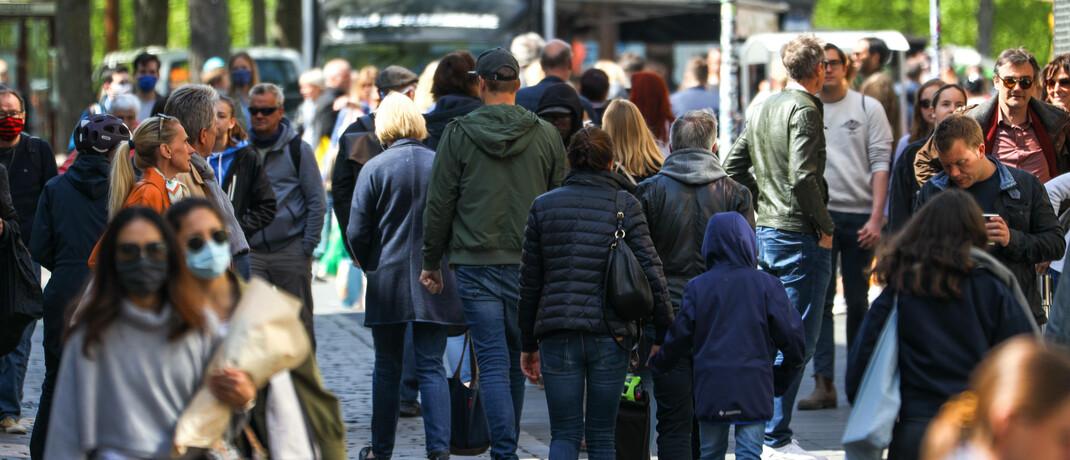 Shopping in Münster: Obwohl fast drei Viertel der Deutschen in den kommenden Jahren steigende Aktienkurse erwarten, hält die Mehrzeit an ihrer gewohnten Geldanlage fest.|© imago images / Rüdiger Wölk
