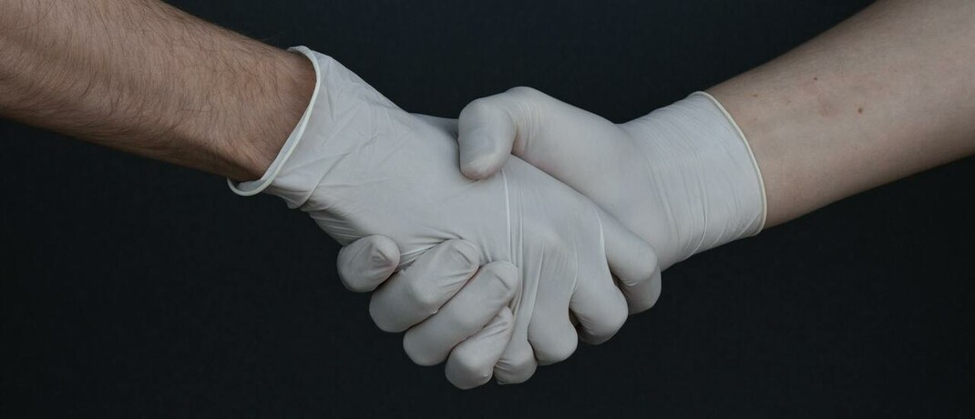 Händedruck mit Handschuhen: Infolge der Corona-Pandemie haben viele Verbraucher ihr Bewusstsein zu Risiken geändert.