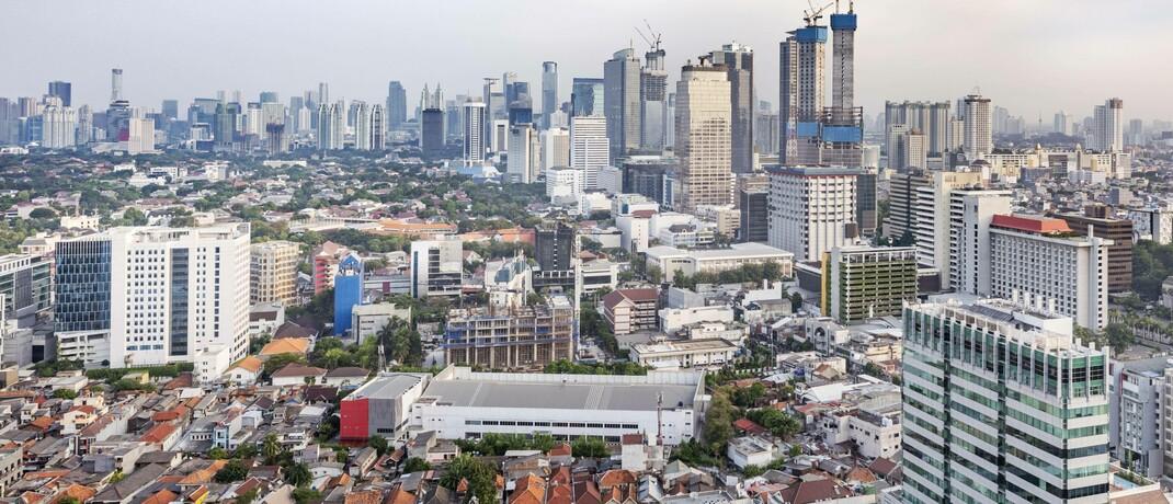 Bau von neuen Büro- und Wohnhochhäusern in Jakarta, Indonesien: Candriam zufolge bestehen bei Schwellenländeraktien und -anleihen langfristige Aussichten auf gute Erträge. |© imago images / Panthermedia