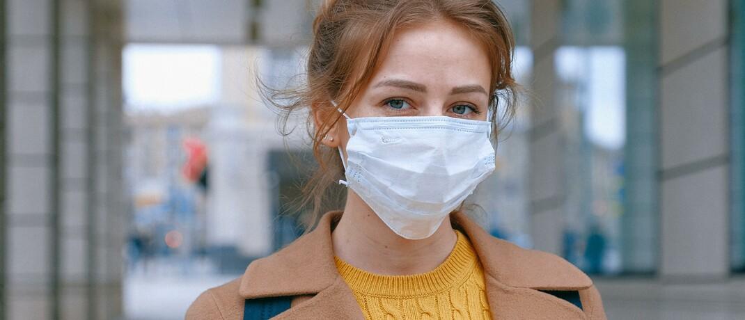 Frau mit Atemschutzmaske: Neben der Niedrigzinsphase setzt nun auch die Corona-Krise den Lebensversicherungen zu.|© Pexels