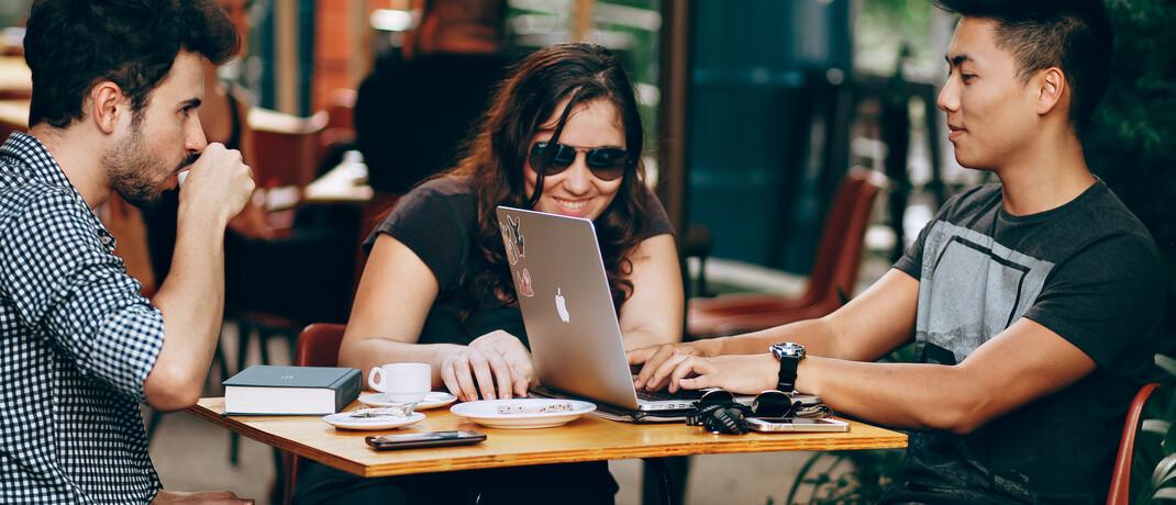 Jugendliche beim gemeinsamen Lernen: Auszubildende in der Bank- und Versicherungsbranche verdienen überdurchschnittlich gut.|© Pexels
