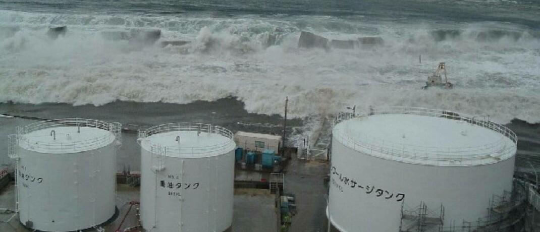 Tsunami-Flutwelle rollt auf Block 1 des japanischen Kernkraftwerks Fukushima zu: Der Nuklearunfall im März 2011 gilt als Schwarzer Schwan. Gegen unerwartete Katastrophen-Ereignisse sieht sich der Fonds Gamma Plus gewappnet.|© Xinhua