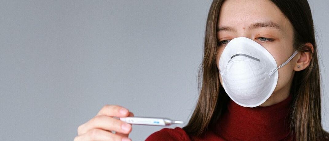 Maske und Fieberthermometer: Als Folge der Corona-Pandemie steigt bei vielen Verbraucher das Bewusstsein für Risiken, die sie beispielsweise mit Biometrie-Policen absichern können.