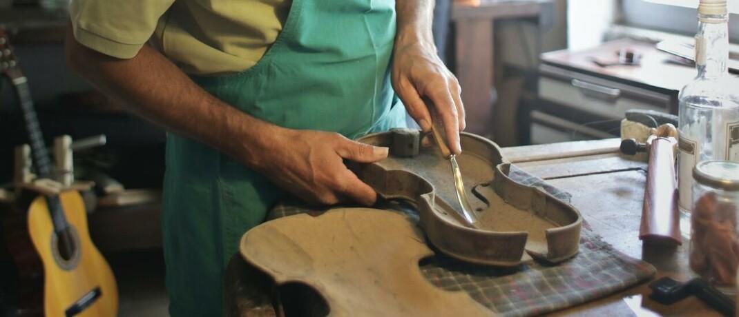 Kunsthandwerker: Eine Funktionsinvaliditätsversicherung leistet beim Verlust motorischer Grundfähigkeiten – zum Teil auch bei Unfällen oder schweren Krankheiten.