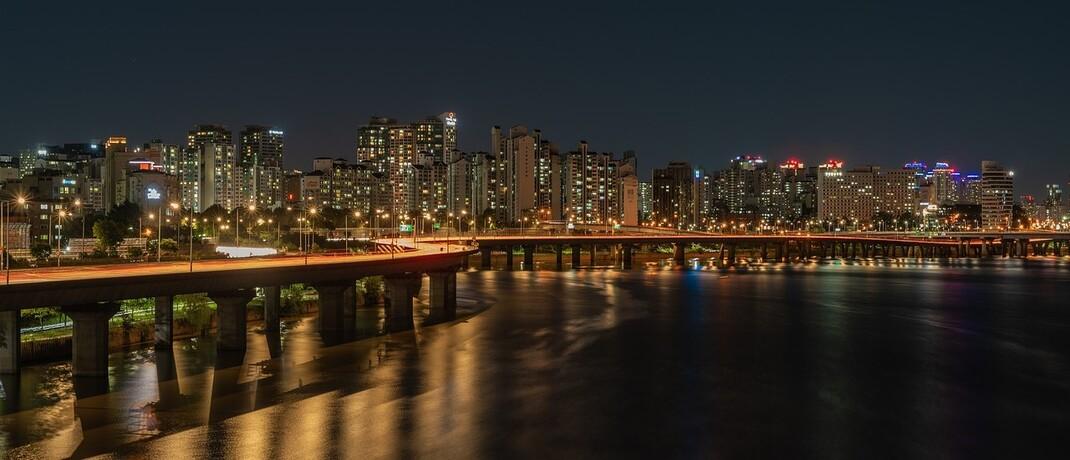 Pulsierende Metropole Seoul bei Nacht: Das Land Südkorea steht im Vergleich zu anderen Schwellenländern wirtschaftlich und gesellschaftlich gut da.