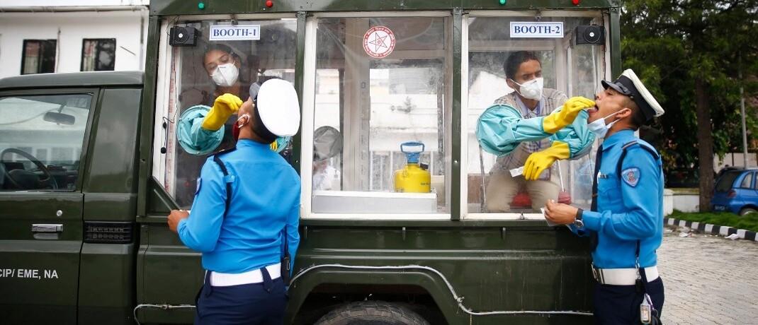 PCR-Test to go in der nepalesischen Hauptstadt Kathmandu: Weltweit steigt die Angst vor einer zweiten Welle der Corona-Pandemie.|© imago images / ZUMA Wire