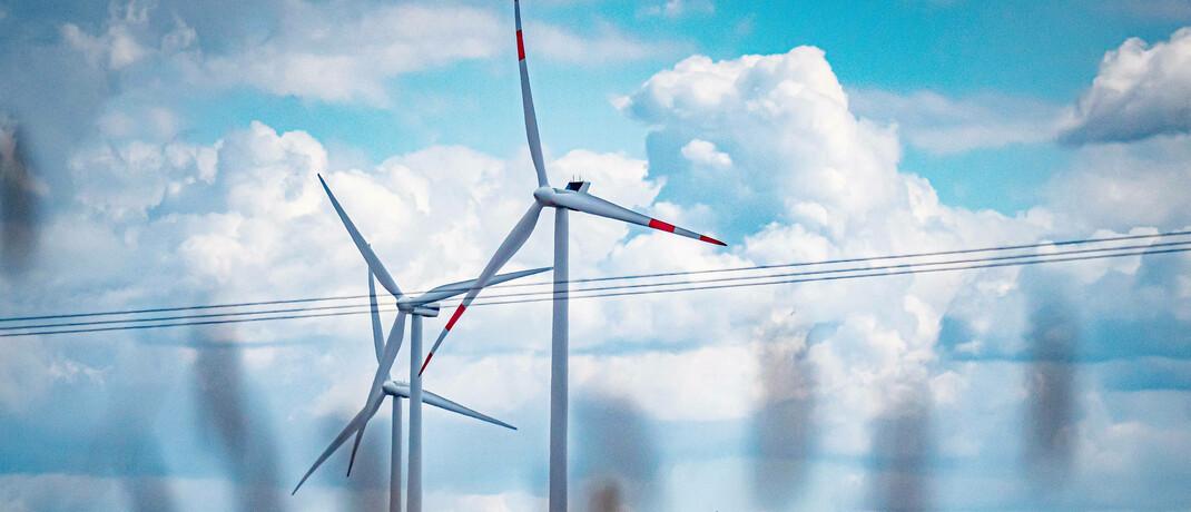 Windräder in Brandenburg: Die Mehrheit der Finanzdienstleister soll Nachhaltigkeitskriterien Beachtung schenken.  © imago images / Jürgen Ritter