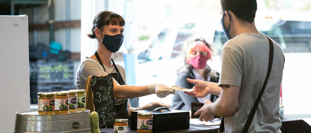 Marktstand in der US-Stadt Olympia: In der Corona-Pandemie sind Bezahlvorgänge mit Bargeld rückläufig.  © imago images / ZUMA Wire