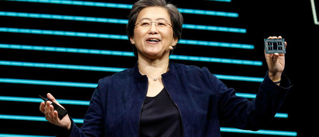 AMD-Chefin Lisa Su mit dem neuen 64-Kern-Prozessor Threadripper 3990WX: Das Unternehmen hat im Wettstreit mit Intel derzeit klar die Nase vorn.|© imago images / UPI Photo / James Atoa