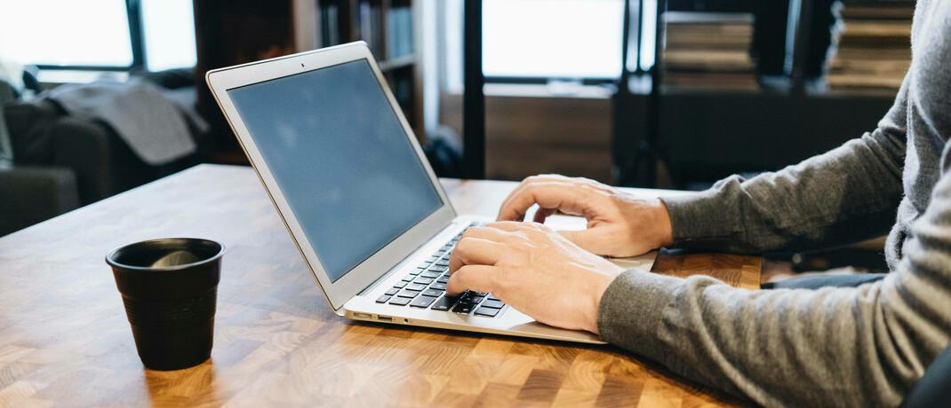 Mann am Laptop: Das Landgericht Leipzig hatte darüber zu urteilen, ob bei falsch beantworten Antragsfragen zur PKV Arglist vorliegt oder nicht.|© Imago / Westend61