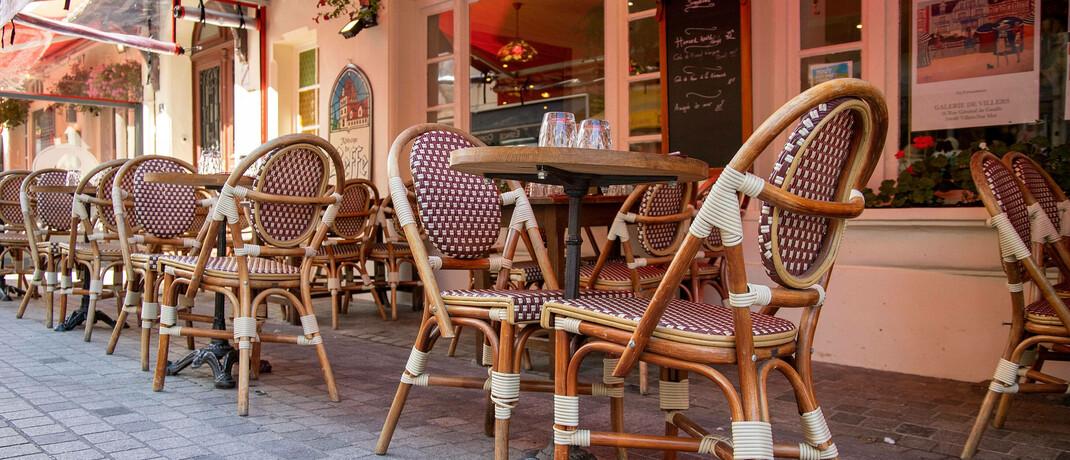 Café ohne Gäste: Aufgrund der Corona-Pandemie mussten viele Gastronomiebetriebe vorübergehend schließen.|© imago images / HMB-Media