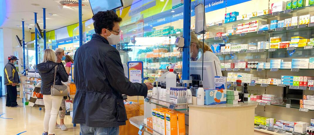 Einkaufssituation in einer Apotheke: In der Corona-Krise nutzen viele Kunden nur ungern Bargeld.|© imago images / Sven Simon