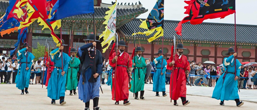 Traditioneller Wachwechsel im zukunftsgerichteten Seoul: Südkorea hat, anders als andere Schwellenländer, die Corona-Krise gut gemeistert  © imago images / imagebroker