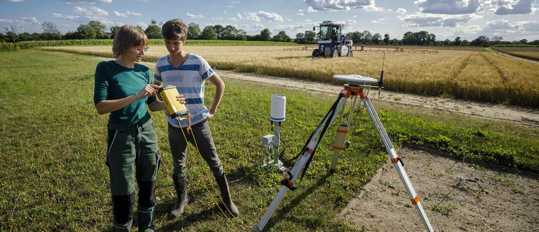 Studenten der Agrarwissenschaft bei der Erprobung von vollautomatischem Pflanzenschutz: Die digitale Transformation und damit zusammenhängende Themen setzen sich immer stärker durch. |© imago images / photothek