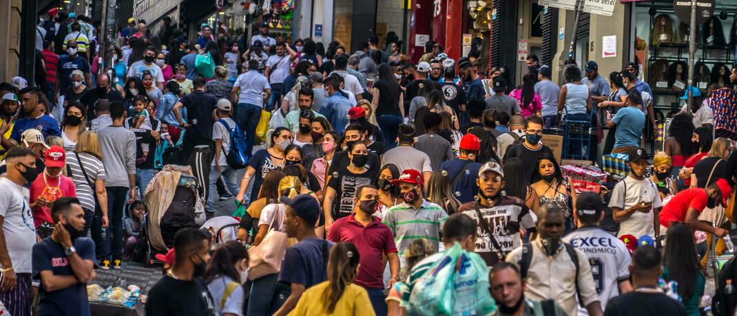 Einkaufsstraße in Sao Paulo: Brasilien gilt als eines der Länder, die besonders stark von der Corona-Pandemie gebeutelt sind.|© imago images / Cris Faga