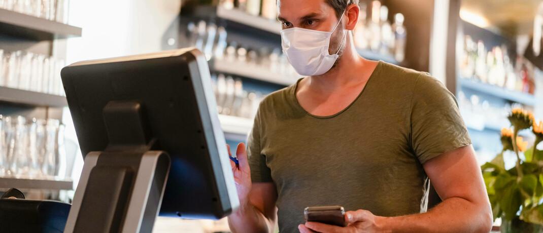 Restaurantbesitzer bei der Arbeit. Für Selbständige wie ihn kommt die Basisrente als Altersvorsorge infrage|© Imago / Westend61