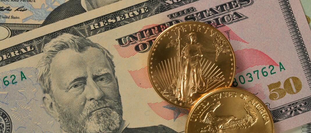US-Banknote und zwei Feinunzen Gold im Wert von aktuell 3.300 Euro: Staaten und Zentralbanken haben jüngst die größten Konjunkturpakete geschnürt, die es je in Friedenszeiten gab. |© imago images / imagebroker