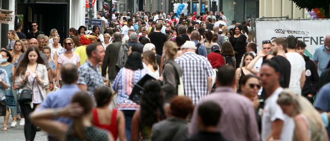 Passanten in Düsseldorf: Der neue Fonds von Blackrock soll auch den Megatrend Demographie abdecken.|© imago images / Ralph Peters