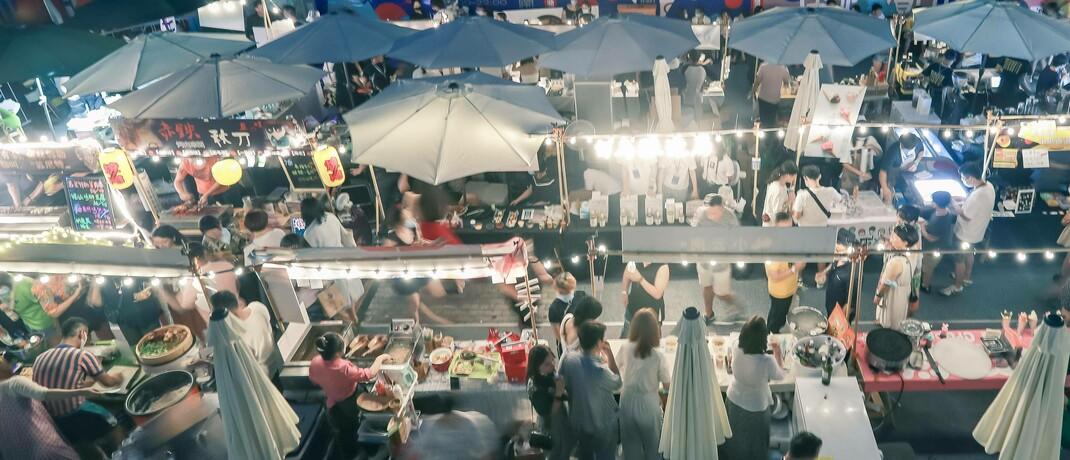 Nachtmarkt in Peking: In China zieht die Konsumlaune wieder an.|© imago images / VCG