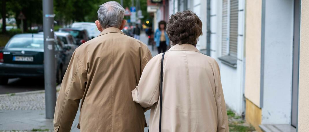Rentnerehepaar beim Spaziergang in Berlin. Betriebsrentner profitieren seit Jahresbeginn vom Betriebsrenten-Freibetragsgesetz - bislang allerdings nur auf dem Papier.|© Imago / Seeliger