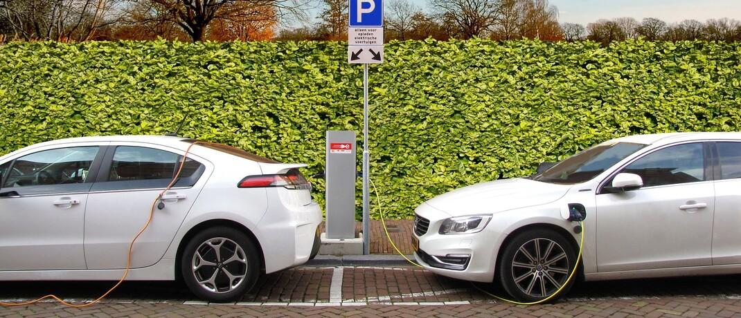 Tankende Elektro-Autos an einer Ladesäule: E-Mobilität gilt als eine der Zukunftstechnologien.