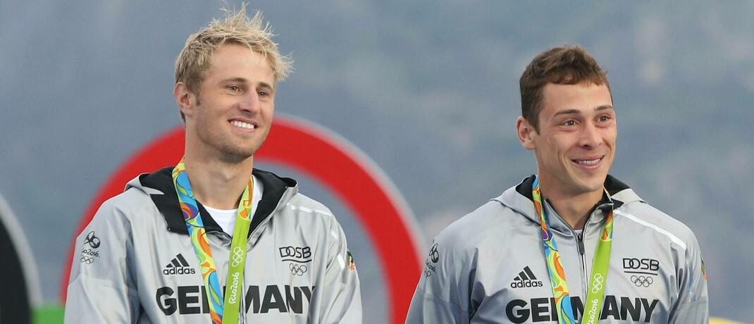 Segler Erik Heil (links) und Thomas Plößel (rechts) bei der Verleihung der Bronzemedaille in Rio de Janeiro (2016). Für Plößel kommt die Förderung in Betracht, Heil erhält sie als Sportsoldat nicht.