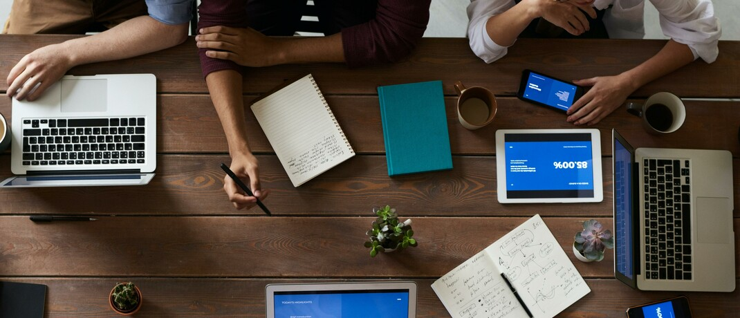Mitarbeiter beim Meeting: Zu den beliebtesten Versicherern zählen ein Traditionsunternehmen und zwei Insurtechs.