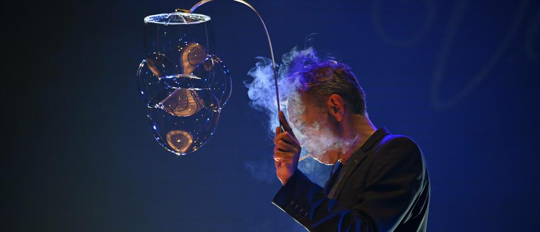 Rauchen als Kunst bei Seifenblasenkünstler Bellowski: In ESG-konformen Produkten sind tabakbezogene Unternehmen meist ausgeschlossen.|© imago images / Rudolf Gigler