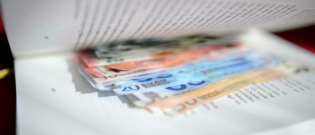 Bargeldversteck im Buch. Solche Tricks kennen Diebe in der Regel - und die Hausratversicherung kommt nicht immer für den vollen Schaden auf.