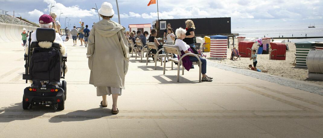 Rentner an der Strandpromenade von Borkum: Nur 4 von 10 Deutschen haben bereits ausreichend fürs Alter vorgesorgt.