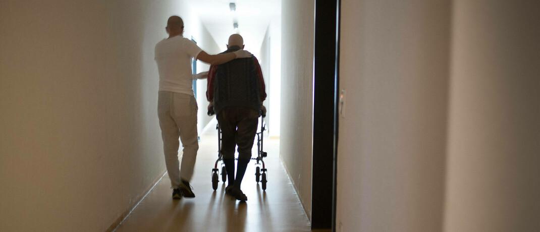 Pflegeheimbewohner mit Altenpfleger.