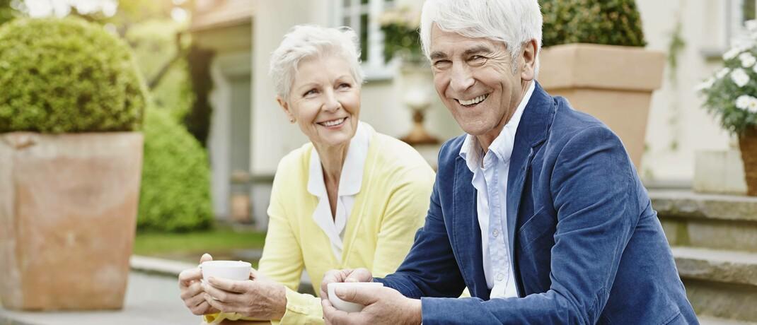 Senioren vor ihrer Villa. Werden solche Vermögenswerte zum Einkommen gerechnet, gilt knapp die Hälfte der über 65-Jährigen laut einer IW-Studie als reich.