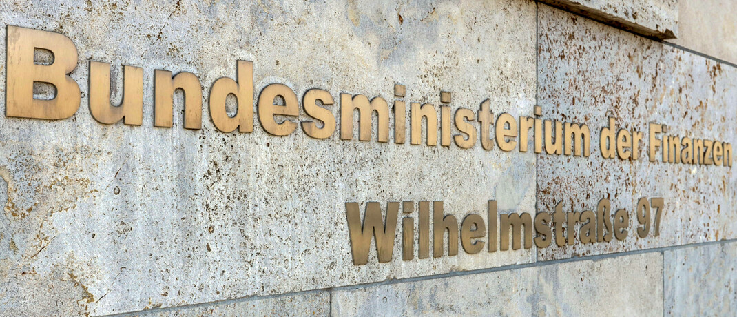 Sitz des Bundesfinanzministeriums in Berlin: Der Bund verkauft schon bald erstmals grüne Staatsanleihen.  © imago images / Andreas Gora