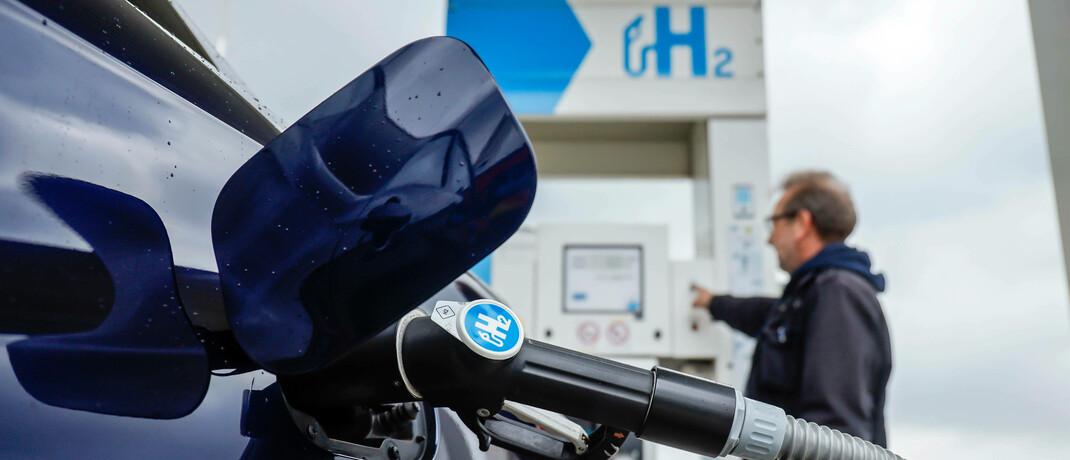 Ein Brennstoffzellen-Auto tankt Wasserstoff
