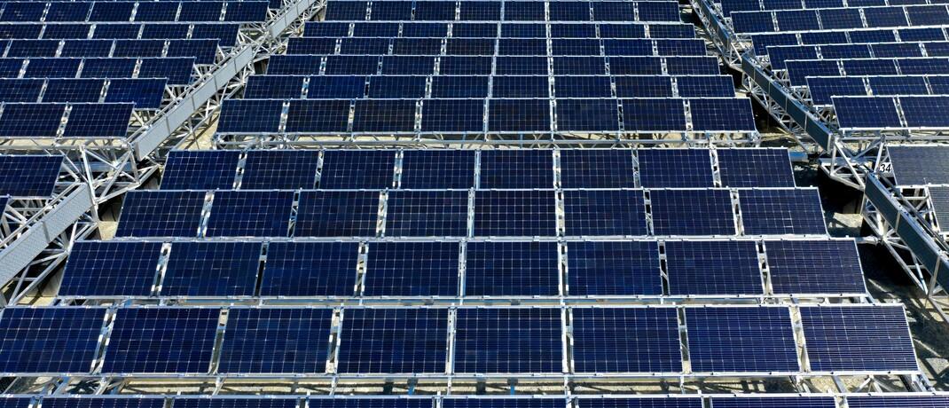 Solarpark in der Schweiz. Laut einer DIA-Umfrage spielt das ESG-Thema Umwelt für Anleger eine deutlich größere Rolle als die weiteren Aspekte Soziales und Unternehmensführung.|© Imago / imagebroker