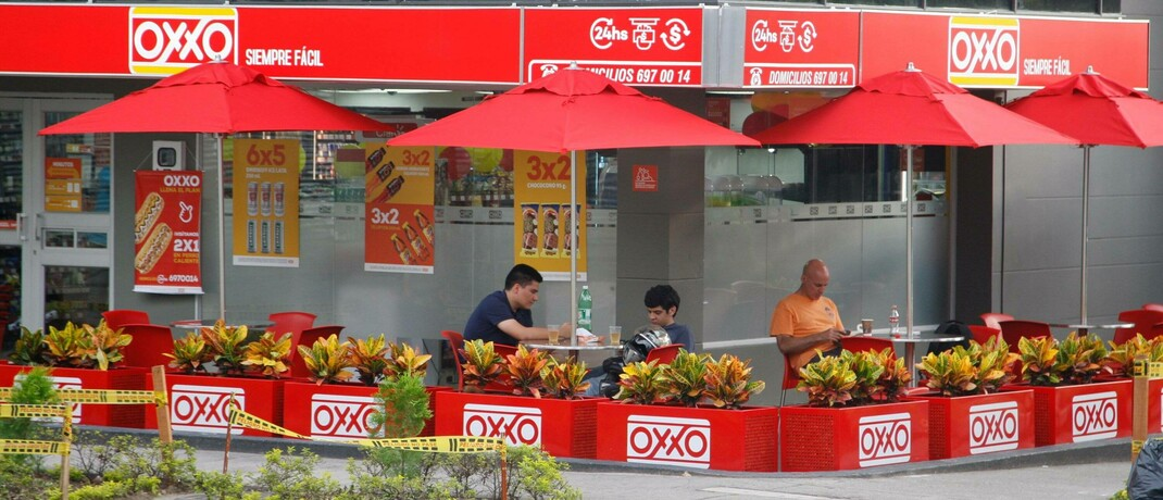 OXXO-Filiale mit Café in Bucaramanga, Kolumbien: Die Supermarktkette ist eine Tochter von Fomento Económico Mexicano|© imago images / ZUMA Press