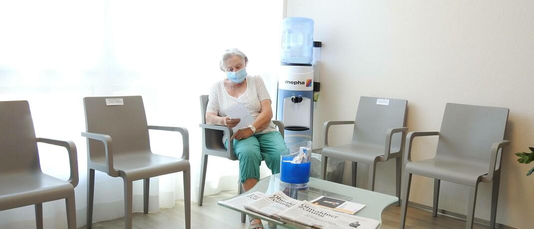 Frau im Wartezimmer einer Arztpraxis
