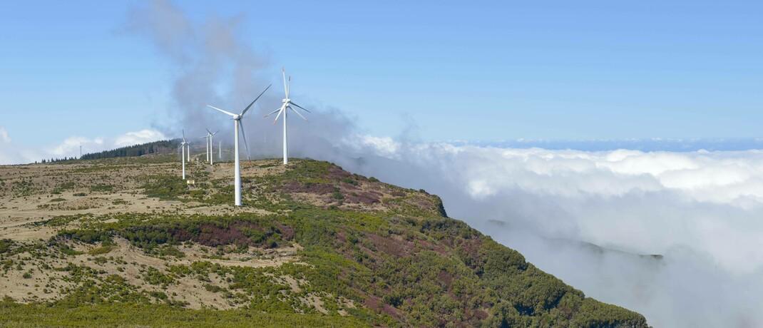 Windräder auf der portugiesischen Insel Madeira: Im Deka-Nachhaltigkeit Renten befinden sich Anleihen des südeuropäischen Staates.