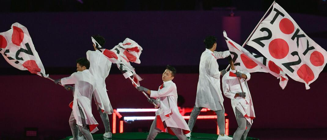 Olympia-Fahnen werben für die verschobene Olympiade 2020 in Tokio